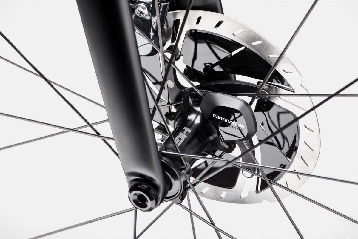 Na kolo je nameščen Cannondalov integrirani senzor hitrosti.