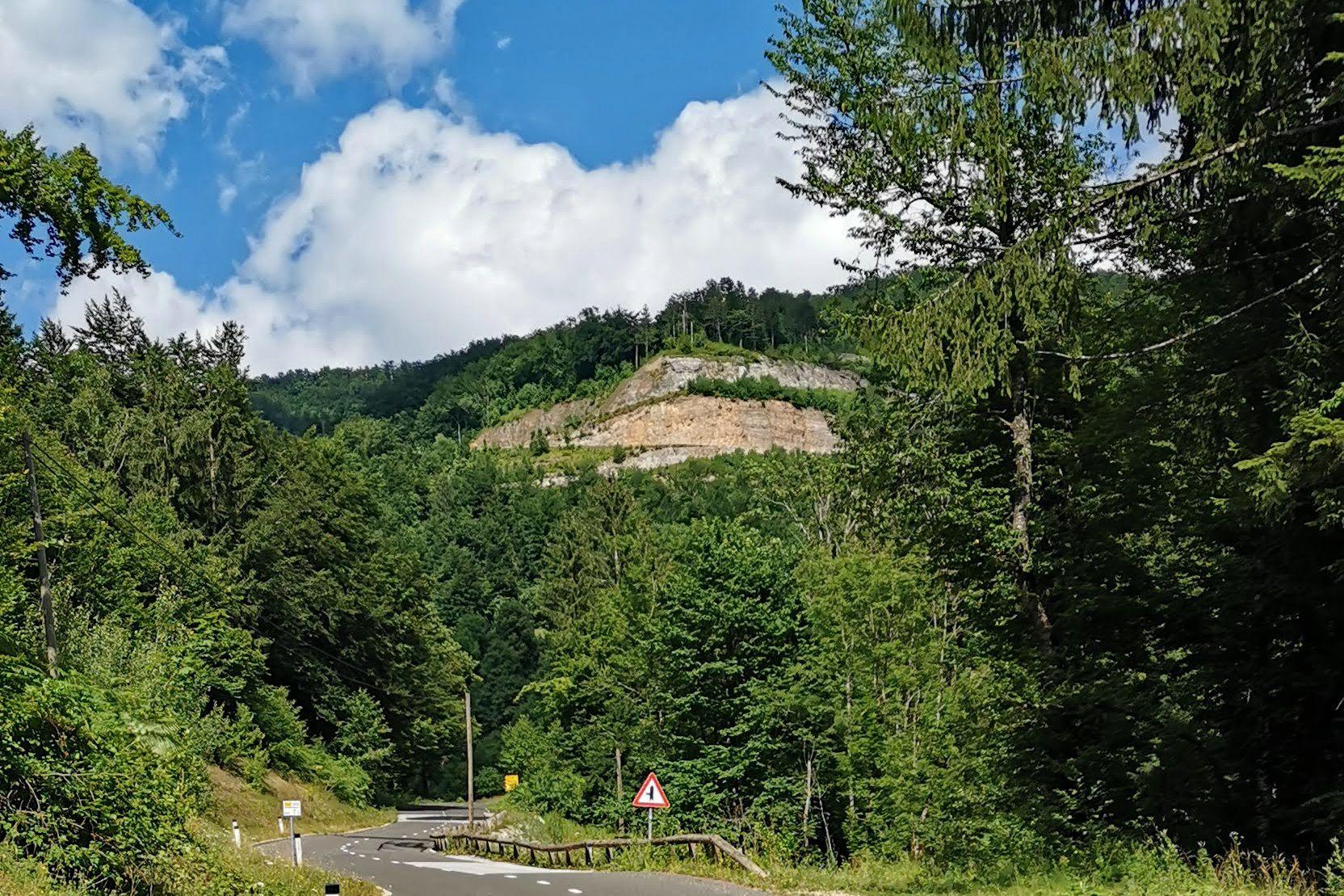 Že ob vznožju kolesarja pričaka grozeč prizor: visoko nad dolino v živo skalo speljana cesta.
