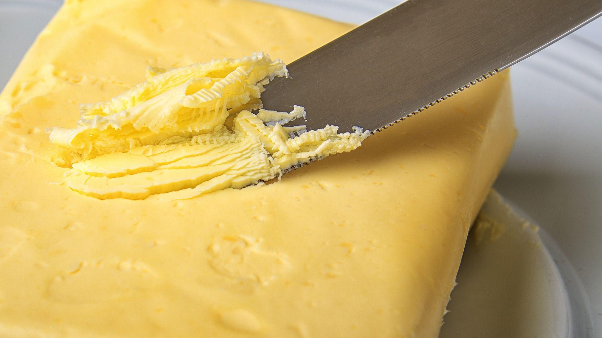 Ne nasedajte marketinškim trikom! Etiketa »brez laktoze« na embalaži masla je oglaševalska poteza, saj vsa masla vsebujejo na 100 gramov manj kot 0,1 gram laktoze – kar je meja za to, da lahko proizvajalec označi izdelek kot brezlaktozen.