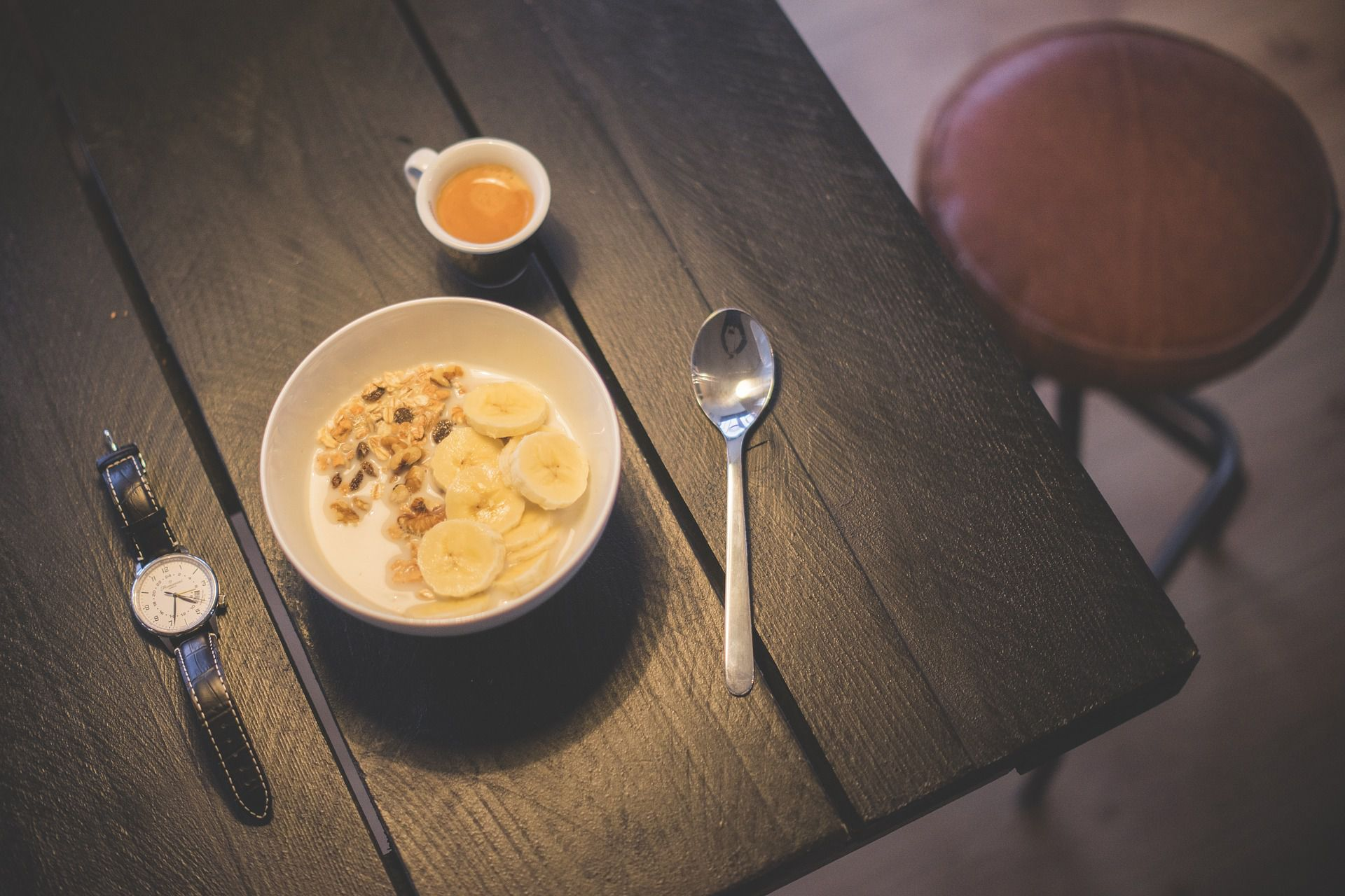 Odličen probiotični zajtrk: jogurt, banana in kosmiči