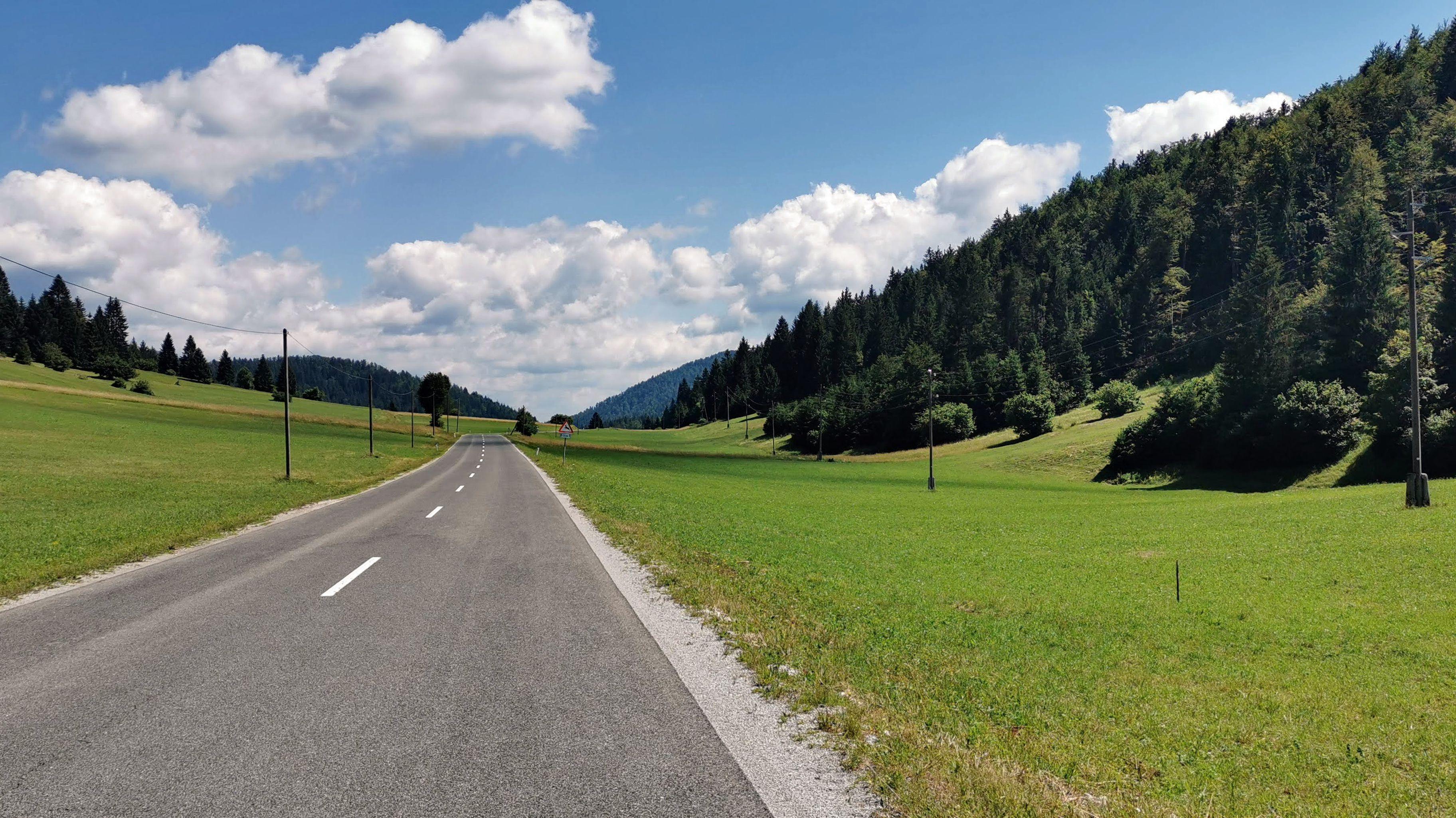 Samotna cesta, na kateri je vsako srečanje z avtom pravzaprav prijetno.
