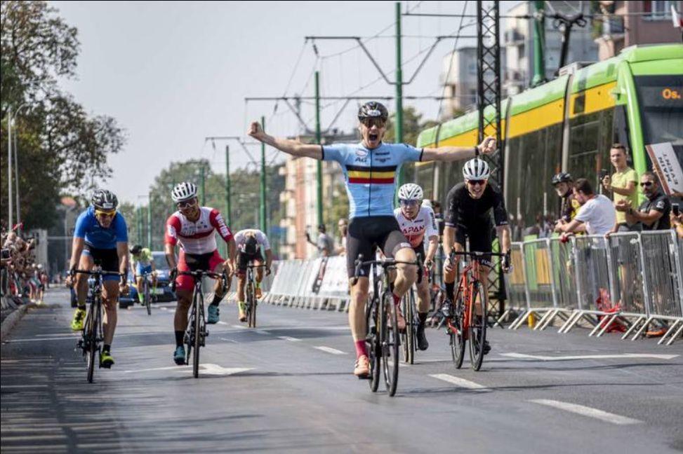 UCI Gran Fondo svetovno prvenstvo 2019 (Andrea Chiminello na levi v modrem)
